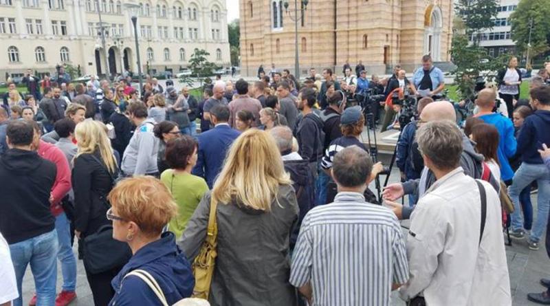 Photo of Podrška kolegi: Novinari se okupili ispred Palate predsjednika