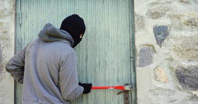 Provaljeno u dva pomoćna objekta u Doboju: Ukradeni kosilica, trimer, brusilica…