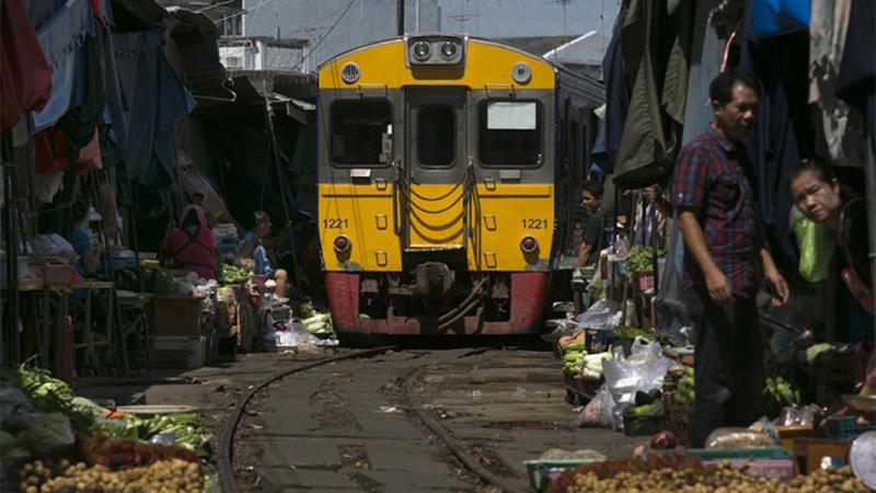 Photo of Pijaca kroz koju prolazi voz