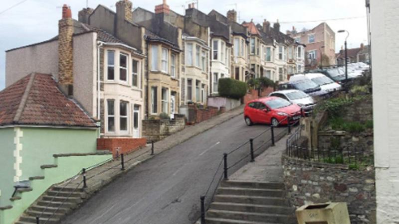 Photo of U najstrmijoj ulici u Britaniji automobile moraju vezivati za stubove