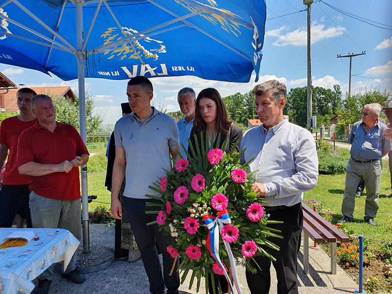 Photo of DOBOJ: Polaganje vijenaca na spomen-obilježja povodom Dana grada (FOTO)