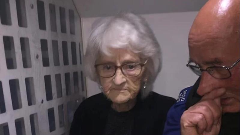 """Photo of Policija u Engleskoj uhapsila 93-godišnju """"dobru staricu"""" i tako joj ispunila posljednju želju"""