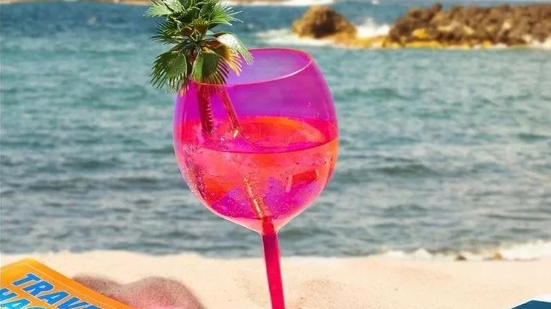 Photo of Idealno za plažu: Uz ovu čašu nećete morati ostavljati piće ni kada idete u vodu (FOTO)
