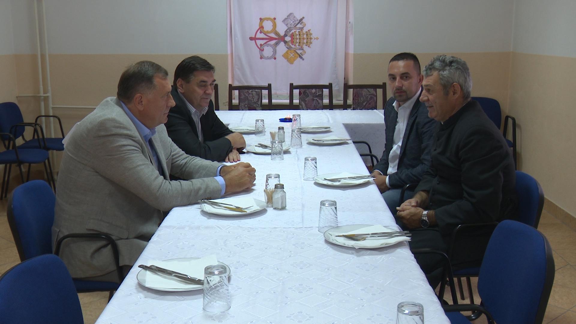 Photo of Milorad Dodik u Doboju: 50.000 KM za obnovu objekata u vlasništvu Župne kancelarije
