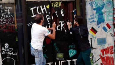 """Photo of Francuz """"srušio"""" čokoladnu repliku Berlinskog zida"""