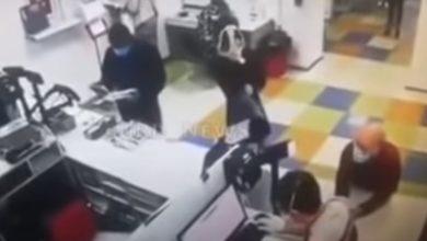 Photo of Nemaš masku, imaš gaće – skinula se naočigled svih u pošti (VIDEO)