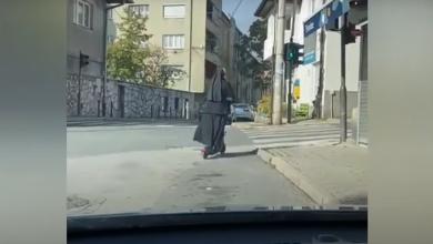 "Photo of Časna sestra na električnom romobilu ""prozujala"" ulicama Sarajeva (VIDEO)"
