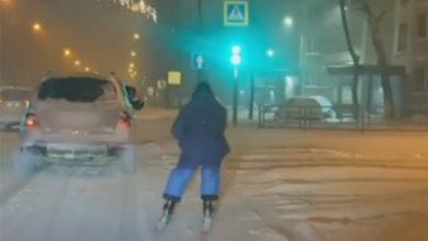 Photo of Skijao ulicama grada vezan za automobil
