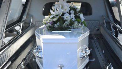 """Photo of Žena vježbala za svoju sahranu, ležala u kovčegu a ljudi oko nje """"plakali"""""""